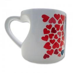 Taza blanca de ceramica con forma corazón en el asa
